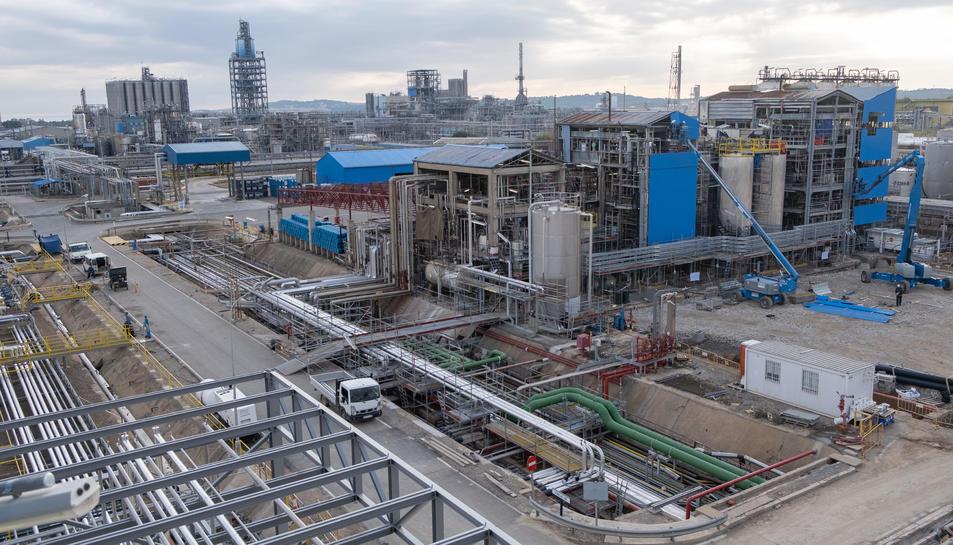 Pla general de la planta d'IQOXE a la Canonja, on avui fa un any es va produir una explosió que va acabar amb la vida de tres persones.