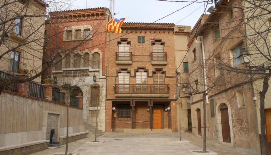 Façana de l'Ajuntament de la Riba, municipi de només 587 habitants.
