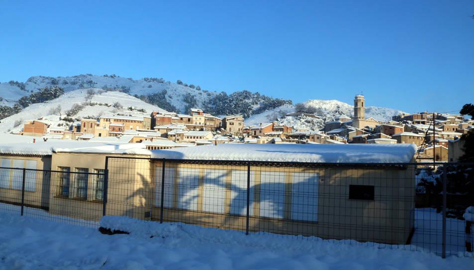 L'escola Rossend Giol - ZER Baix Priorat, a Porrera (Priorat), amb el poble al fons.