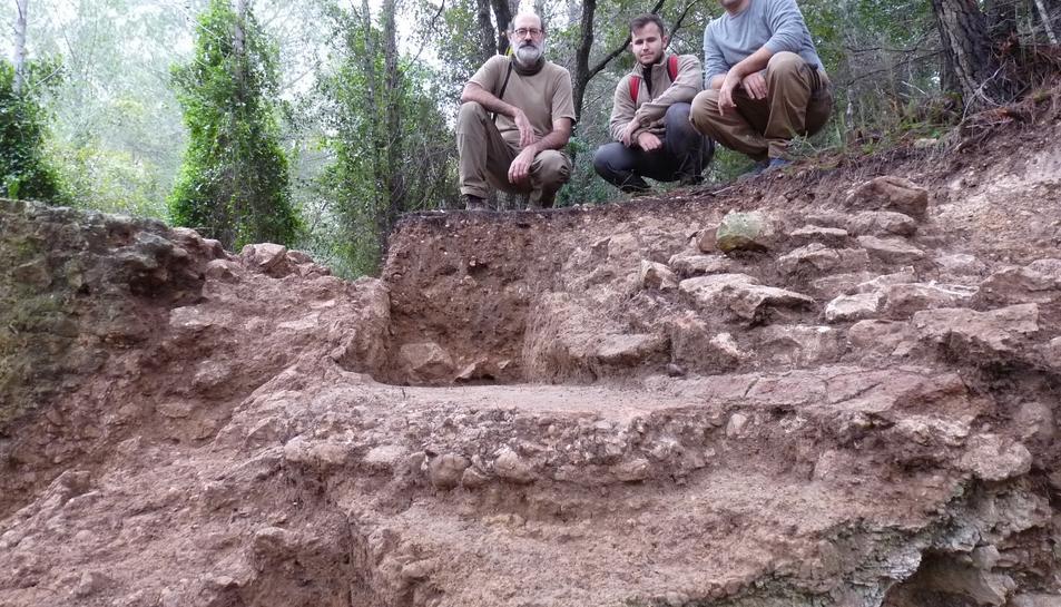 Arqueòlegs de l'ICAC a les excavacions arqueològiques fetes a l'aqüeducte del Gaià, a Puigpelat (Alt Camp).