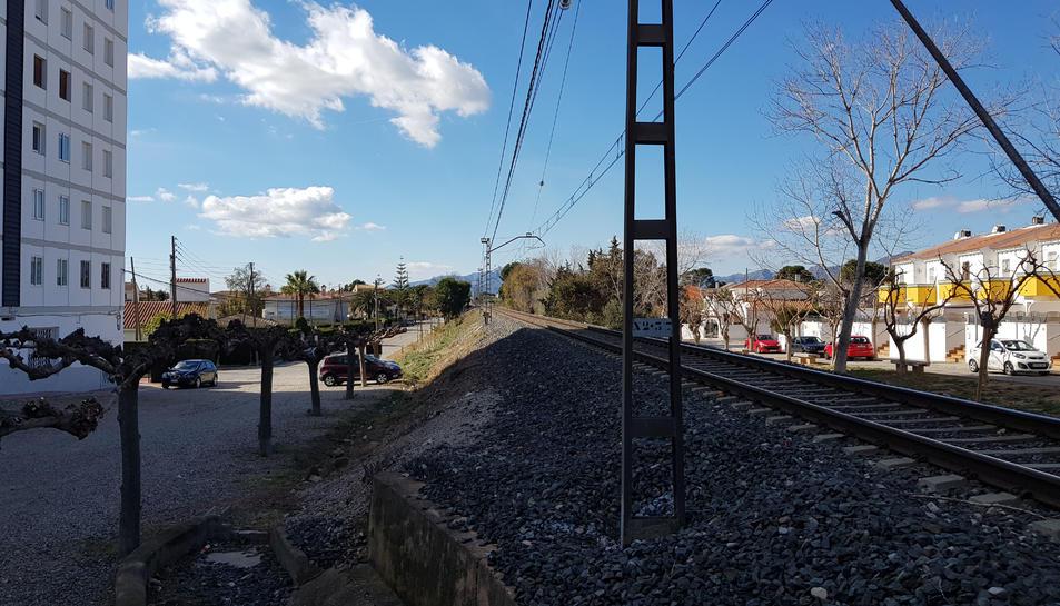 La via suposa una important barrera arquitectònica.