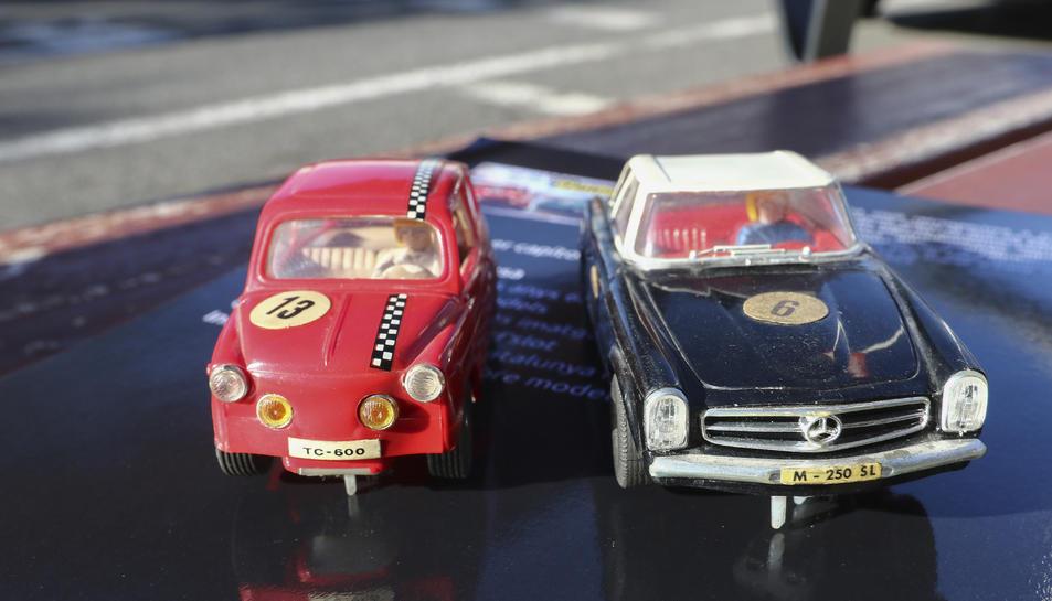 Dos models de cotxes dels anys seixanta.