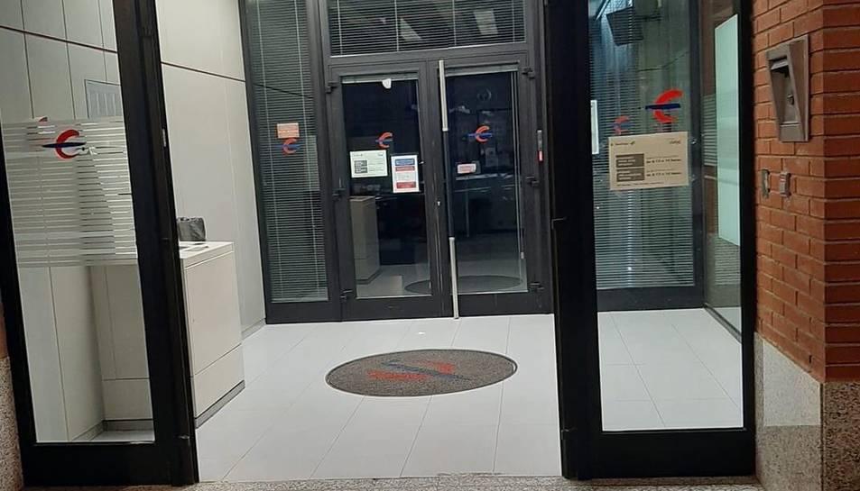 Ibercaja ha decidit retirar la porta de l'entrada de la seu de Torreforta perquè estava en mal estat.