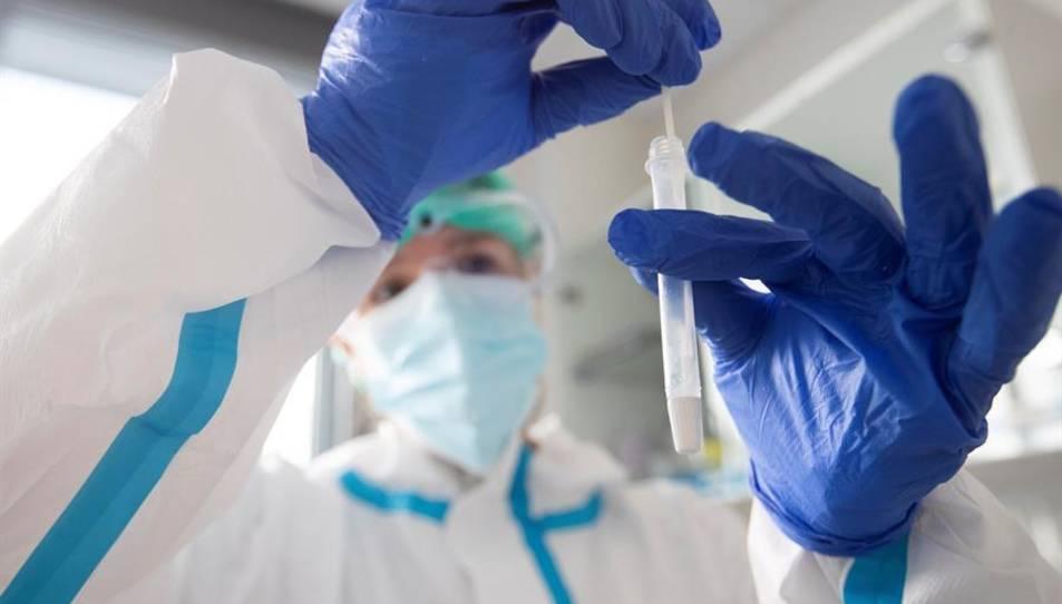 Una sanitària realitza una prova d'antígens en un CAP.