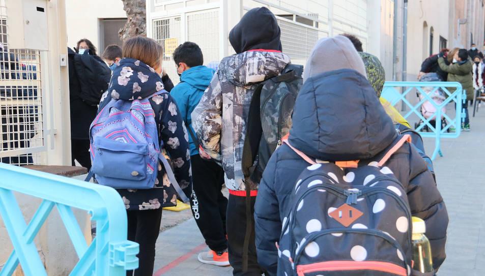 Diversos alumnes entrant a l'escola Sant Pau de Figueres aquest 11 de gener del 2021.