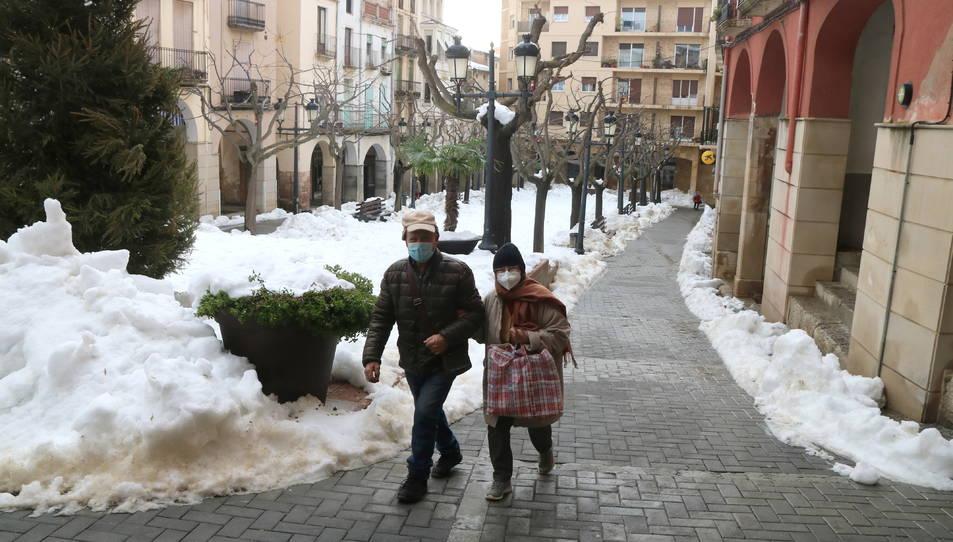 La plaça de la Quartera de Falset, encara amb molta neu per treure.