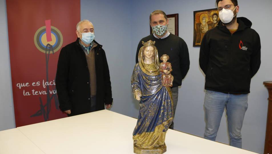 El rector de la parròquia de Sant Joan, wi cap d'àrea d'actes religiosos de les Festes Decennals de la Candela, Joan Àguila, acompanyat de membres de la comissió,