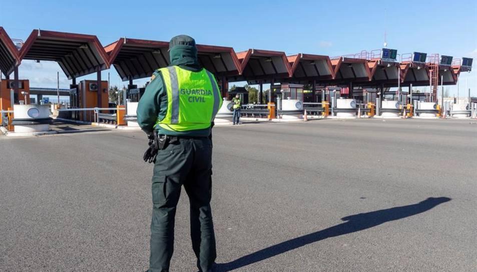 La Guardia Civil en el peaje de la AP-68 de entrada a Zaragoza.