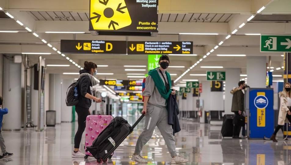 Viatgers caminen per la terminal d'arribades de l'aeroport de Palma.