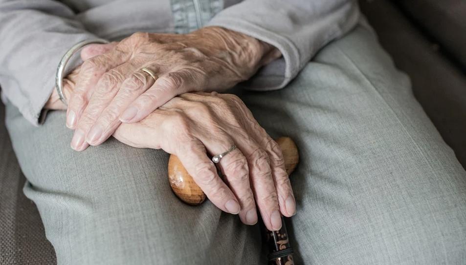 Els estafadors s'aprofiten de les persones grans que viuen soles.
