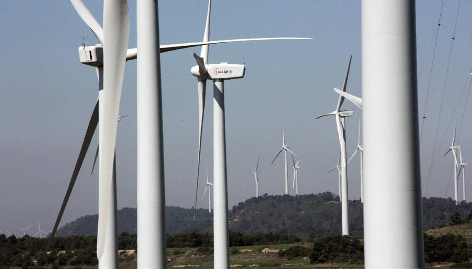 Els molins de vent del parc eòlic de la Serra del Tallat, al límit entre Tarragona i Lleida, en una imatge d'arxiu.