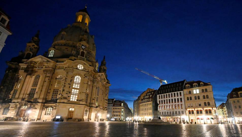 Vista general de la plaça de Neumarkt buida durant el tancament pel coronavirus a Dresden.
