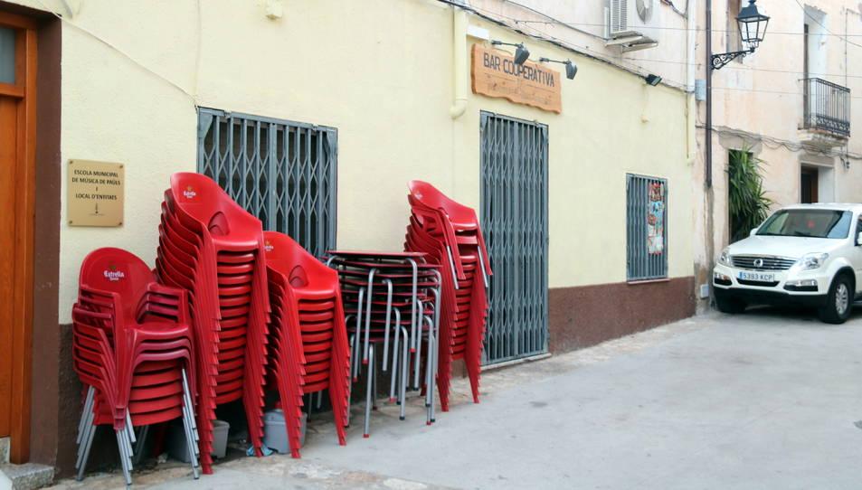 El Bar La Cooperativa de Paüls tancat, com a mesura de precaució per controlar el brot.