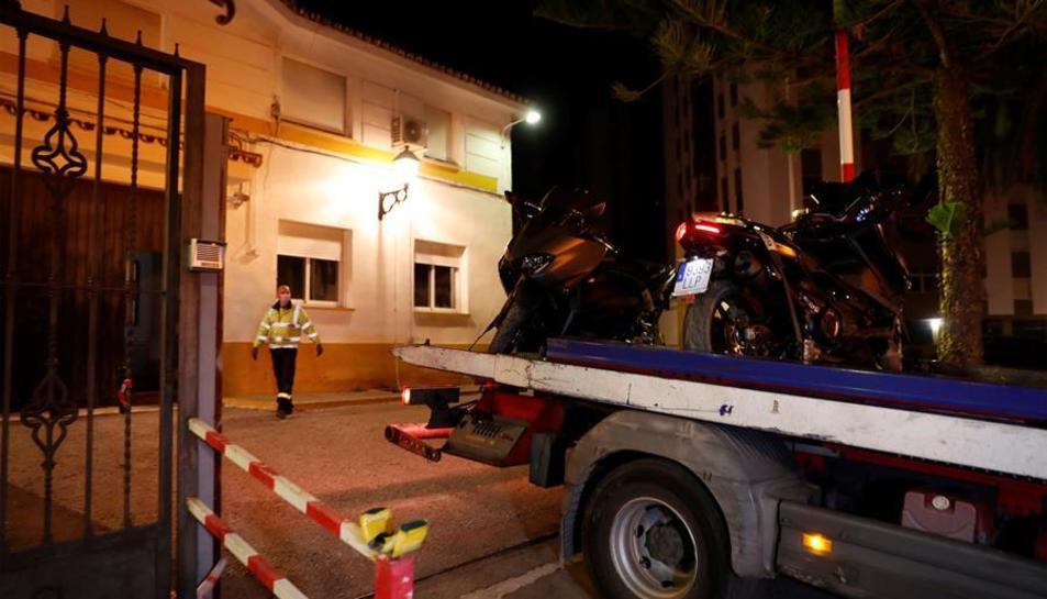 Els agents s'emporten els vehicles confiscats.