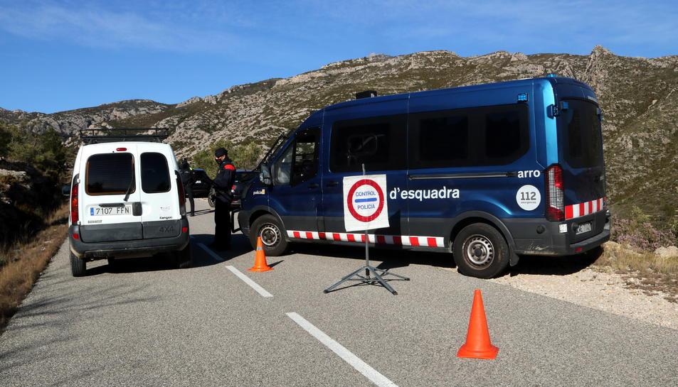 Un vehicle aturat en el control policial fet pels Mossos d'Esquadra al peu del cim del Montcaro, a un dels principals accessos als Ports Tortosa-Beseit.
