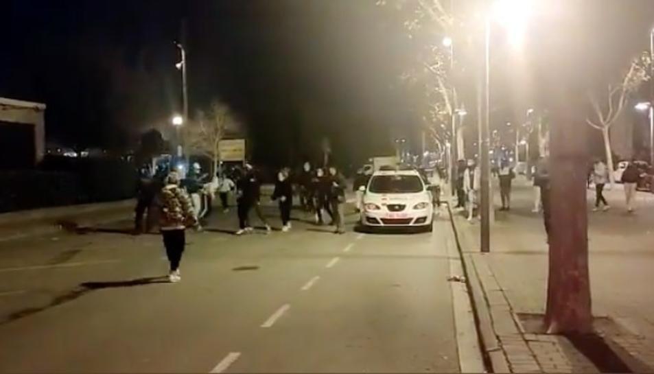 Imatge que recull el moment dels enfrontaments entre joves i Mossos d'Esquadra