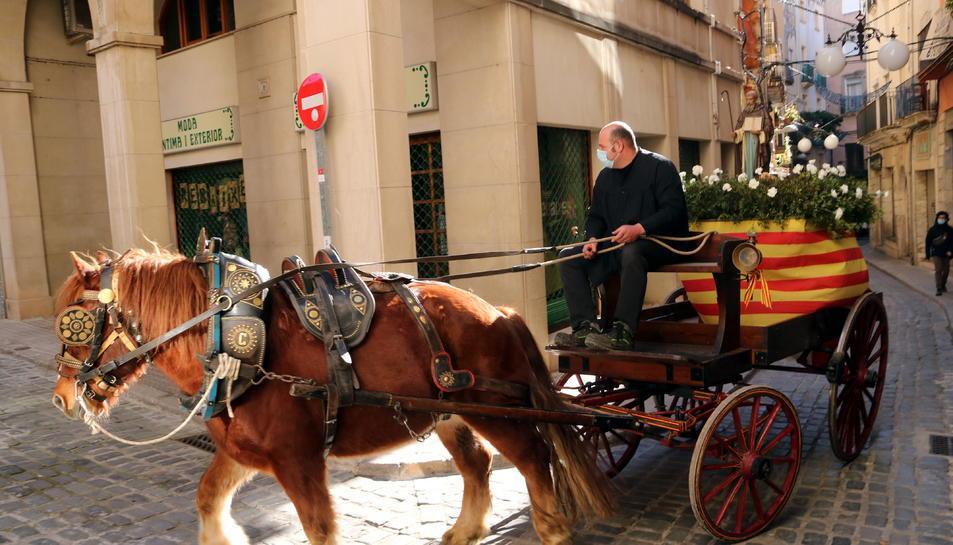 El carruatge de Sant Antoni entrant a la plaça del Blat en la passejada simbòlica per celebrar els Tres Tombs de Valls.
