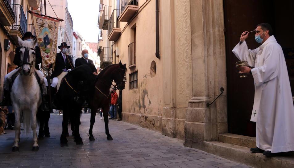 El mossèn Àguila beneint els tres cavalls davant de l'església
