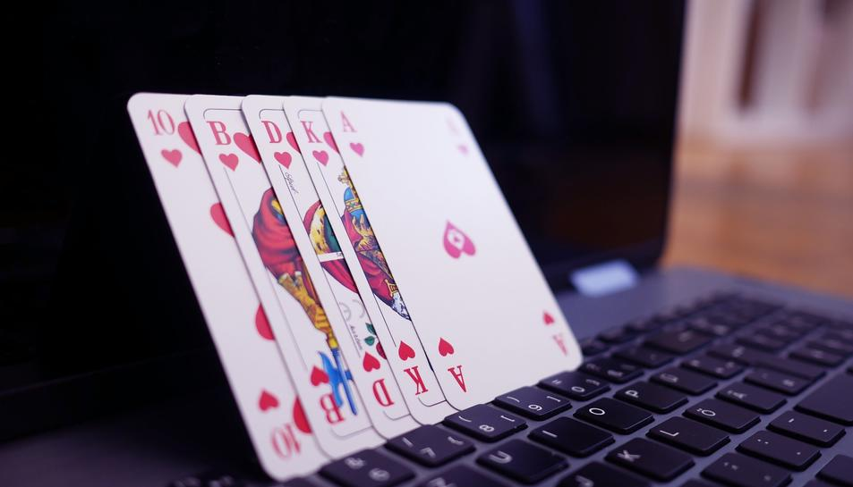 Unes cartes de pòquer sobre un ordinador