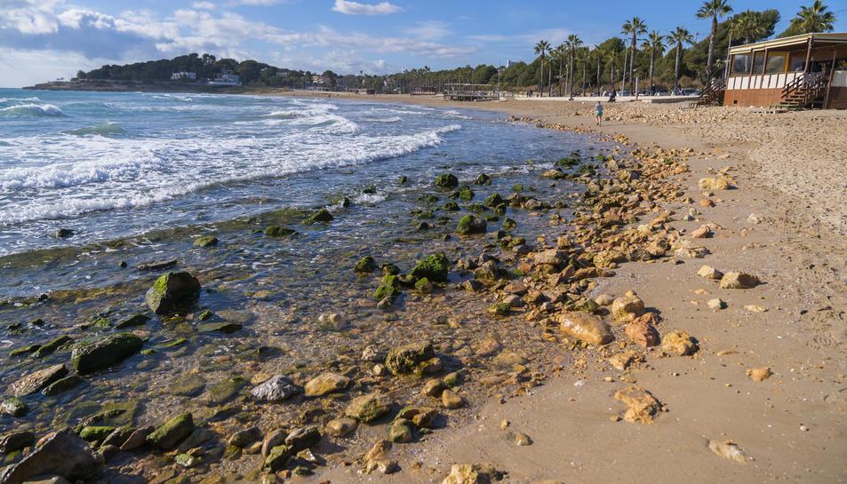 Aspecte de la platja de l'Arrabassada, on han quedat descobertes centenars de pedres quan el mar ha retrocedit després del temporal.