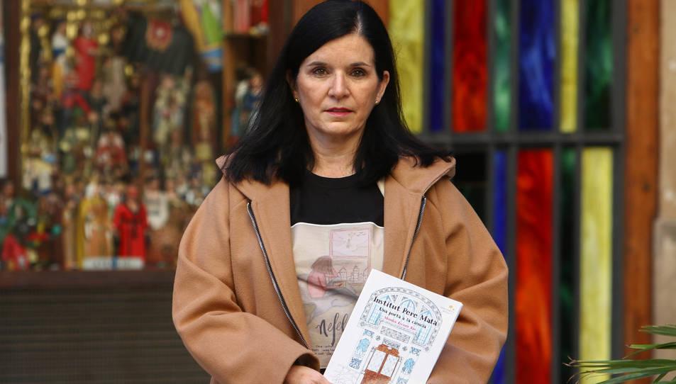 Monika Escuer Ros davant la botiga del Barato de Reus, amb el primer conte que va escriure.
