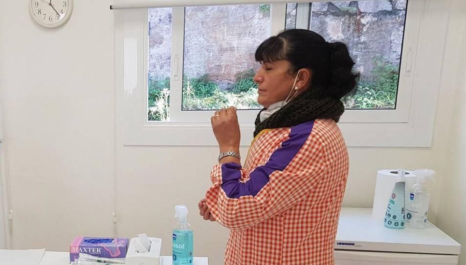 Una docent de la Llar d'Infants Sant Ramon Nonat de Girona es pren una mostra de teixit per frotis nasal.