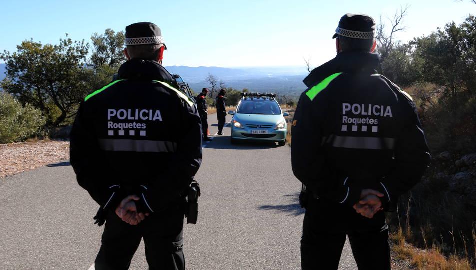 Dos agents de la Policia Local i dels Mossos d'Esquadra requerint la documentació a un vehicle que volia accedir als Ports.