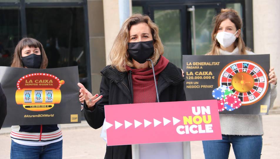 La cap de llista de la CUP per Tarragona, Laia Estrada, davant de l'Oficina Antifrau de Catalunya.