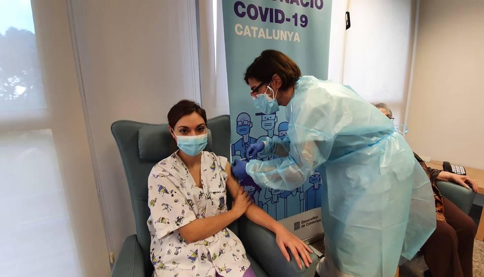 L'auxiliar d'infermeria Lourdes Julià, rep la segona dosi.