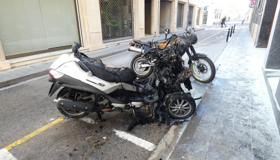 La moto incendiada a Palamós.