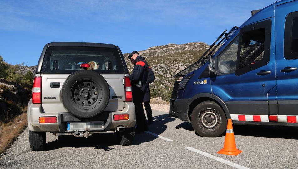 Els mossos fent un control policial a un dels accessos del massís del Port.