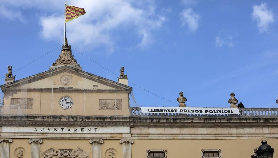 Imatge de la pancarta desplegada a la façana.