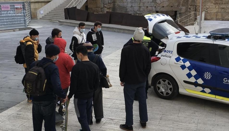 La Guàrdia Urbana, multant un grup d'skaters a la plaça del Rei el passat 31 de desembre.