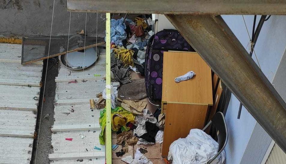 Imatge del gos envoltat de brutícia al balcó interior.