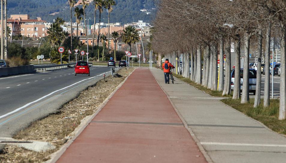 Usuaris de l'Hospital salten la mitgera, l'INS d'Horticultura no té vorera i el carril bici està trossejat.