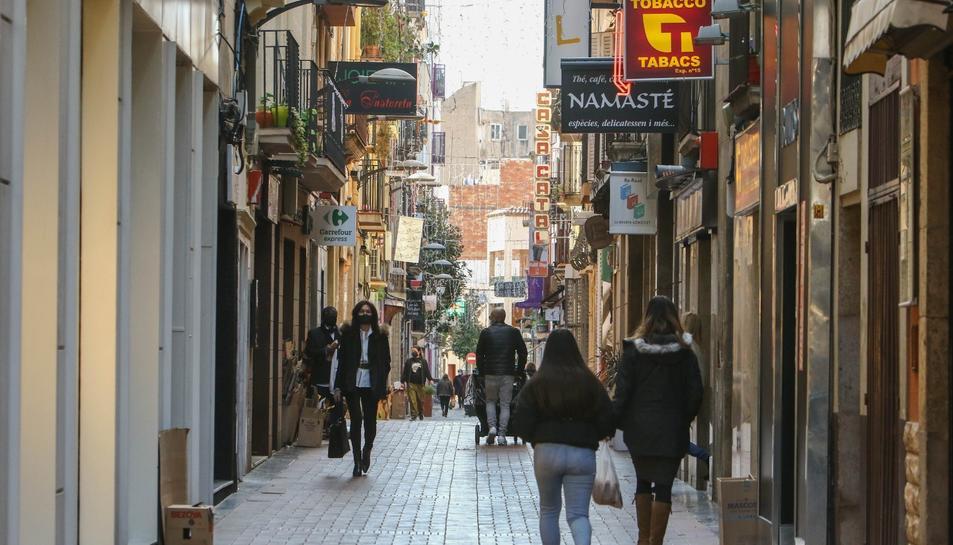 Imatge d'arxiu de gent passejant per Reus.