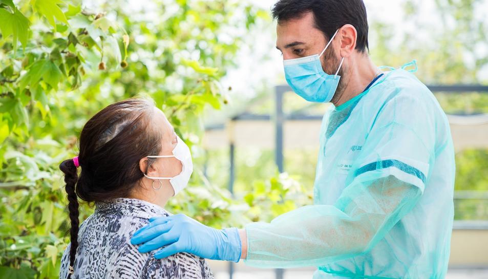 Un psicòleg de l'EAPS atenent un pacient l'any passat, durant la pandèmia.