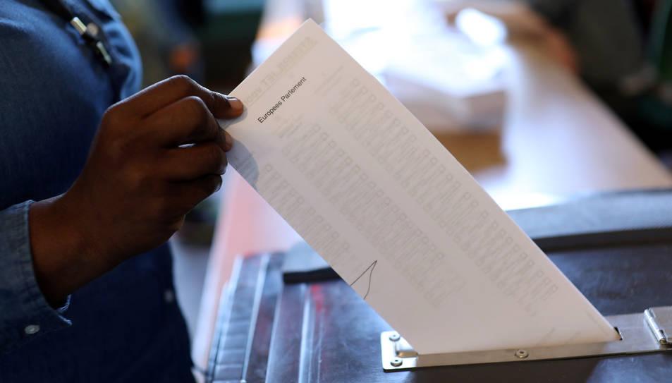 Una urna en el moment en què un ciutadà deposita el seu vot en unes eleccions.
