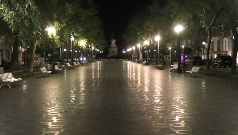 La Rambla Nova de Tarragona, buida poc després de les deu de la nit, moment en que ha entrat en vigor el toc de queda.