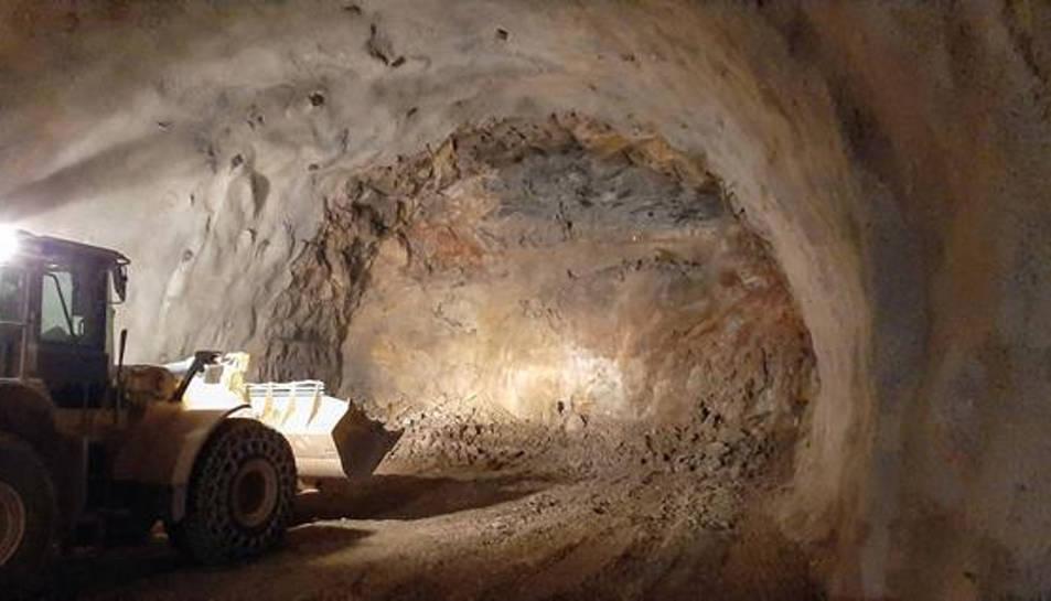 Les obres al tub est del túnel del coll de Lilla de l'A-27, des de la boca nord.