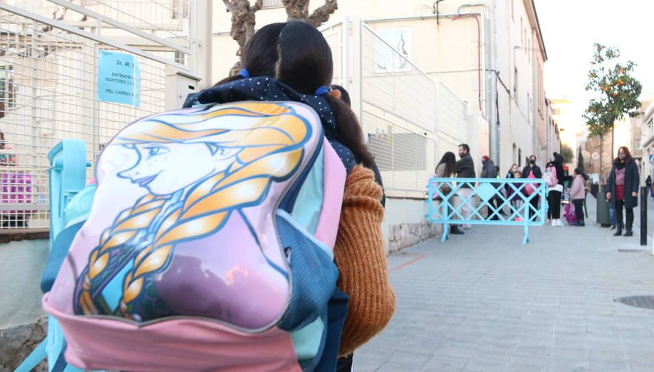 Nens entrant i pares a l'exterior de l'escola Sant Pau de Figueres.