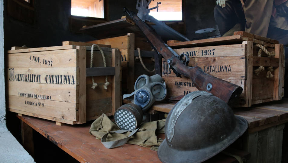 Detall d'elements militars exposats al búnquer reconstruït a Cunit.
