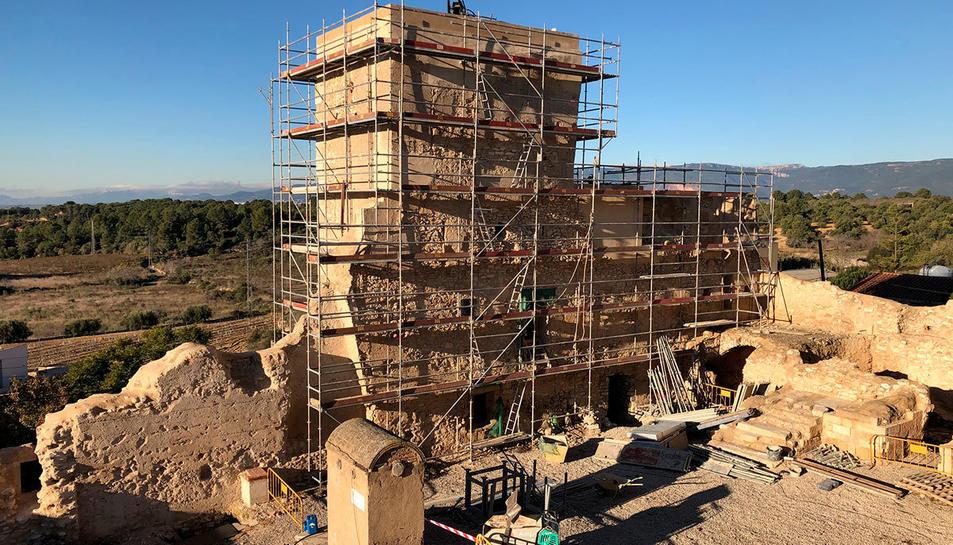 Imatge de les obres de rehabilitació del castell de Vallmoll.