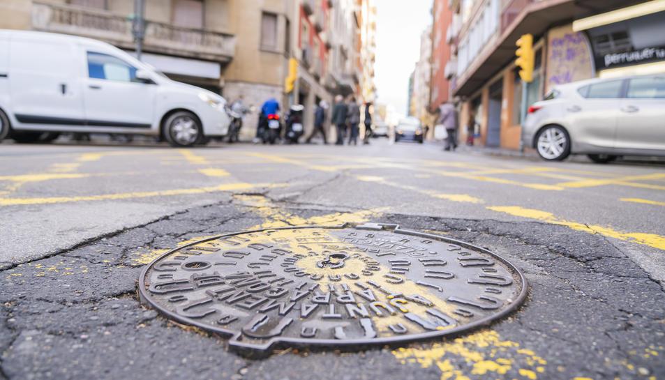 Imatge d'una tapa del clavegueram al seu pas per Estanislau Figueres, un dels punts a reparar.
