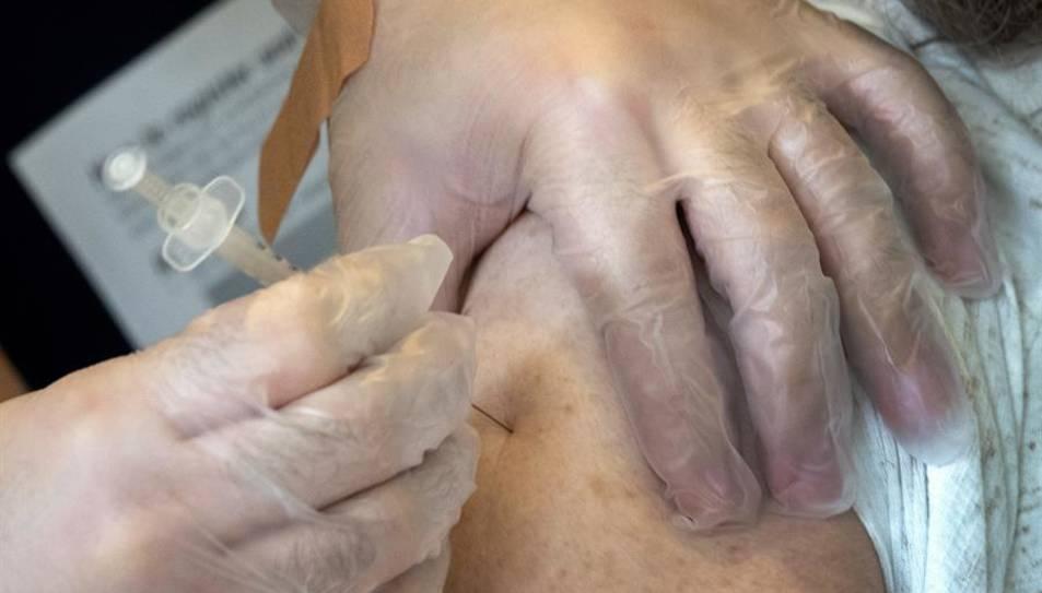 imatge d'una sanitària posant una vacuna.