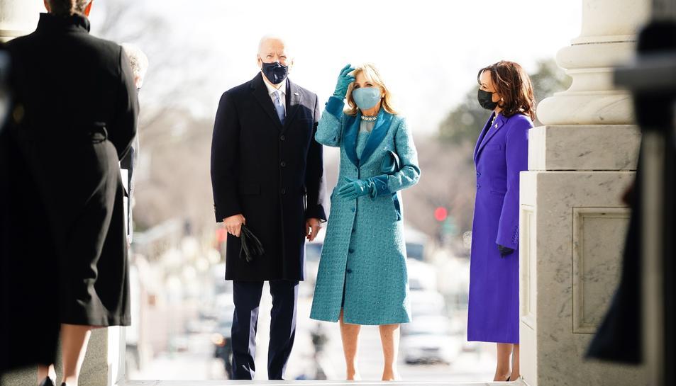 Biden, amb la seua esposa, a l'arribada al Capitoli.
