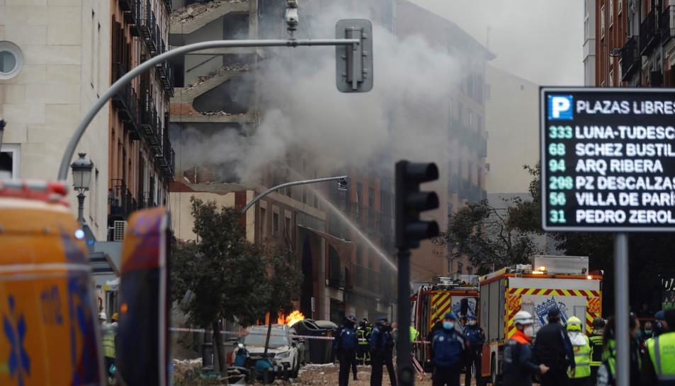 Imatge dels bombres, policia i equips d'emergència al volltant de l'edifici sinistrat.