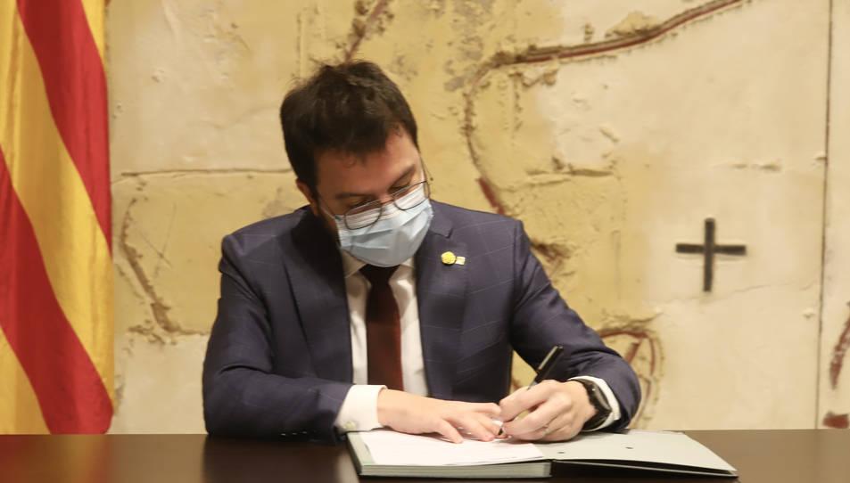 Pere Aragonès, signant el decret que deixa sense efecte la convocatòria d'eleccions del 14 de febrer.