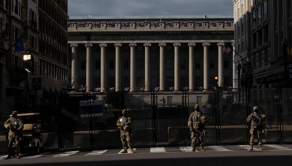Els membres de la Guàrdia Nacional asseguren el perímetre a prop de la Casa Blanca.