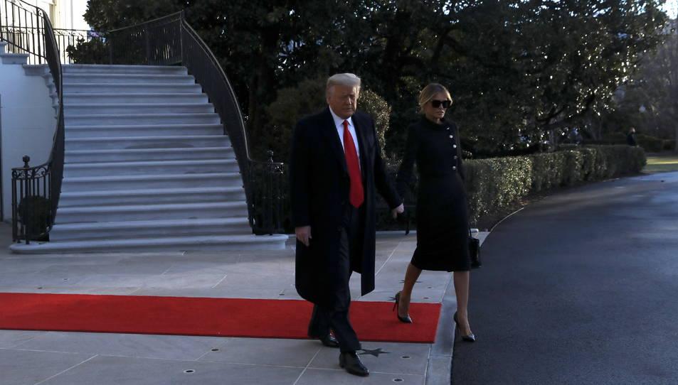 Donald Trump i la seva esposa, Melania Trump, marxen de la Casa Blanca,